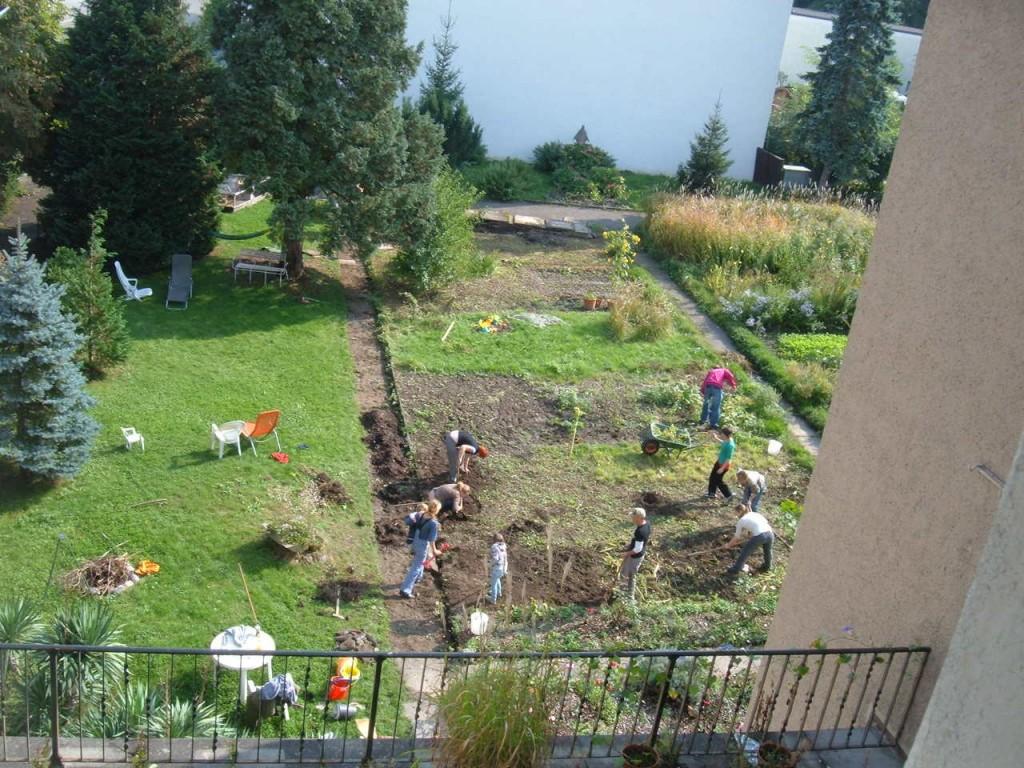 Tout le monde s'active dans le jardin