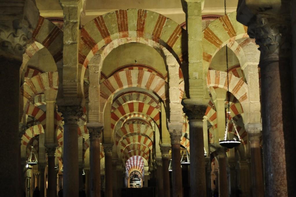 Enchevêtrement d'arcs « en fer à cheval» à la Grande Mosquée de Cordoue.